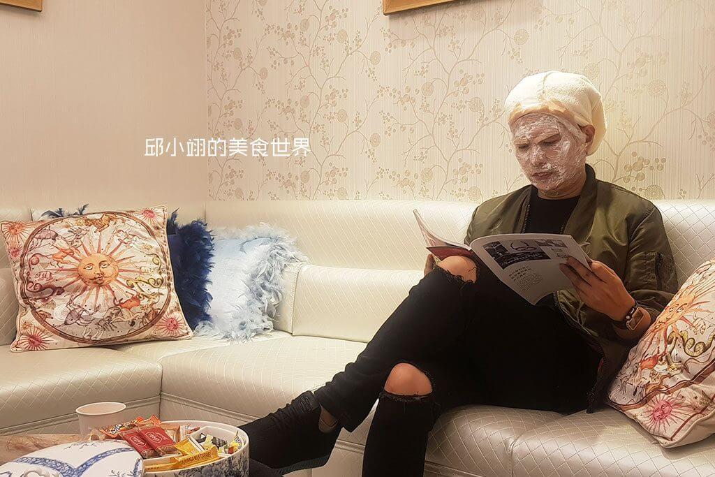 敷麻藥的時間約莫一小時,靜坐於沙發上看雜誌