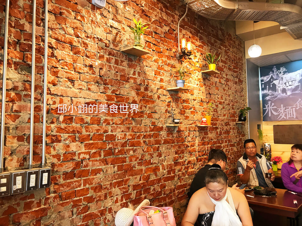 文化砖墙上加入了壁挂植栽的点缀-1