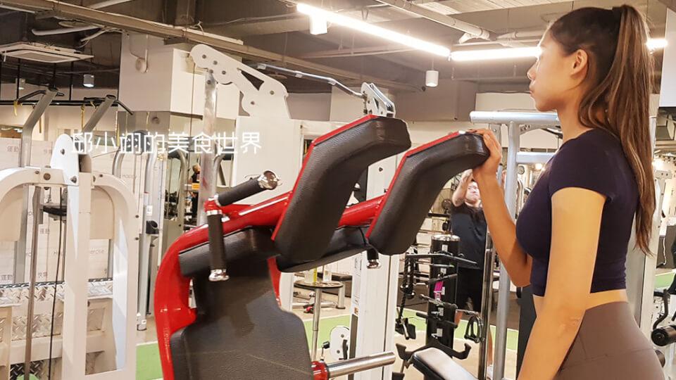 身材高挑的Tina教練也親自為我們示範-2
