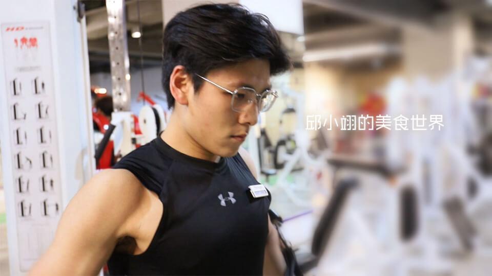 Jasper教練正在教學如何練出大胸肌