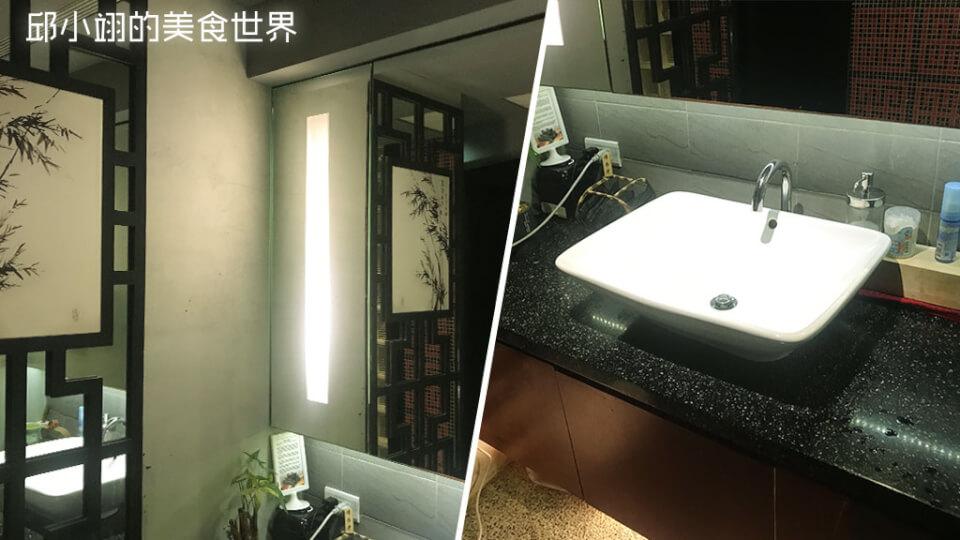 洗手台使用的是仿自然紋路的黑色人造石,鏡子下方也有內砍間接光照片,洗手盆旁還放置長備炭