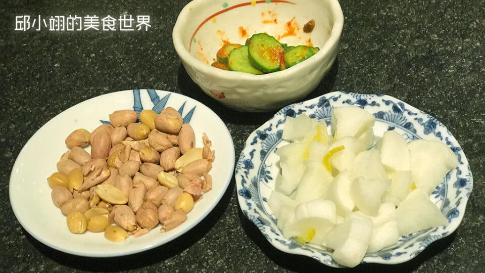 三樣招待小菜,依順時針方向分別為日式醃小黃瓜、日式醃大根(醃白蘿蔔)以及炒花生