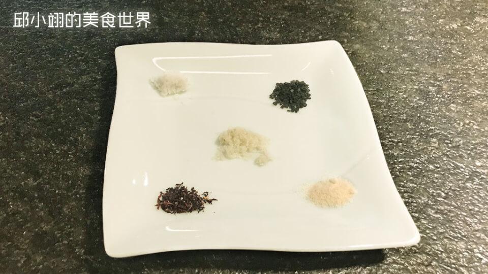 五鹽,依順時鐘方向分別為法國鹽之花、竹炭鹽、日本昆布鹽、紫蘇鹽而中間的是義大利白松露鹽