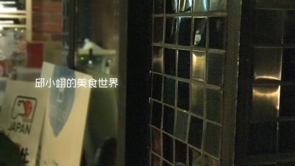 檯旁的柱子貼得是黑色馬賽克磚