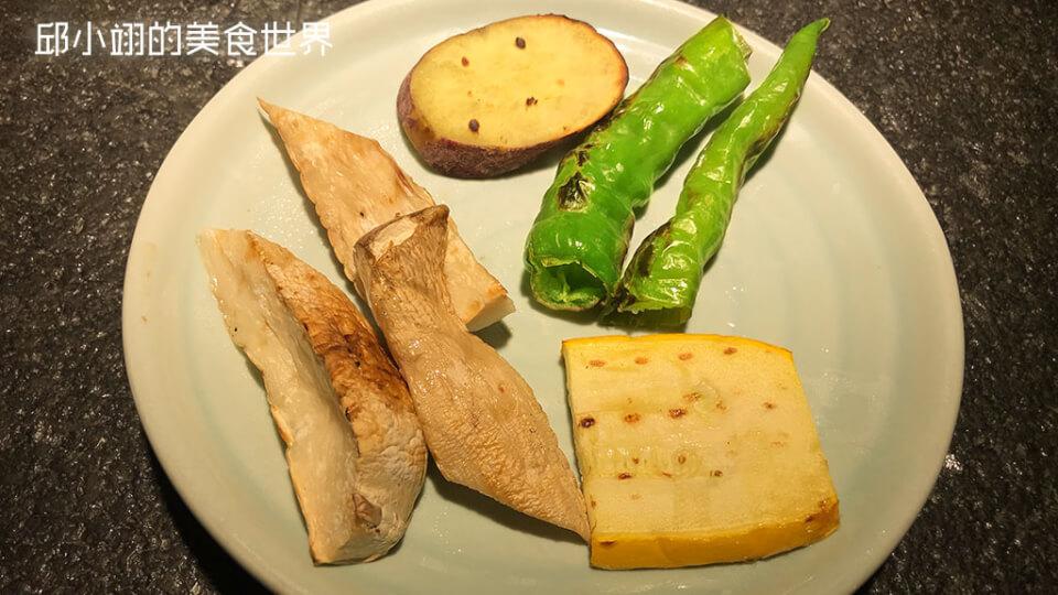 順時鐘方向分別為金石地瓜、糯米椒、櫛瓜以及杏鮑菇