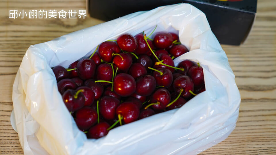 见一颗颗深红色心型状樱桃,每颗果实皆饱满圆润!
