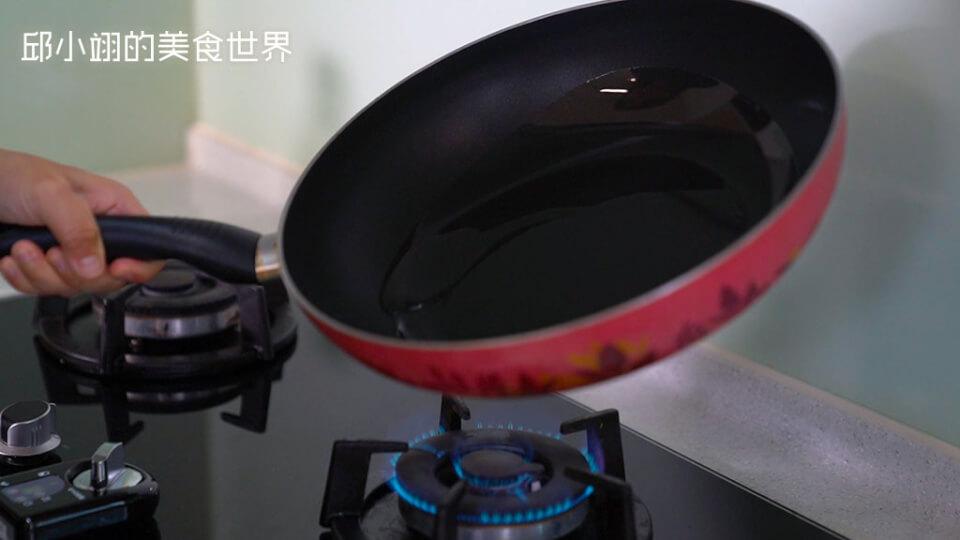讓油在鍋子裡面均勻一點