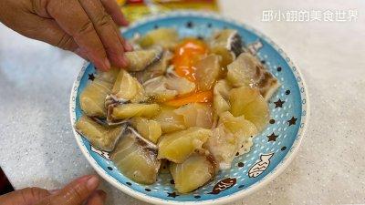 首先我們先在龍膽石斑魚嫩肉上方打顆蛋