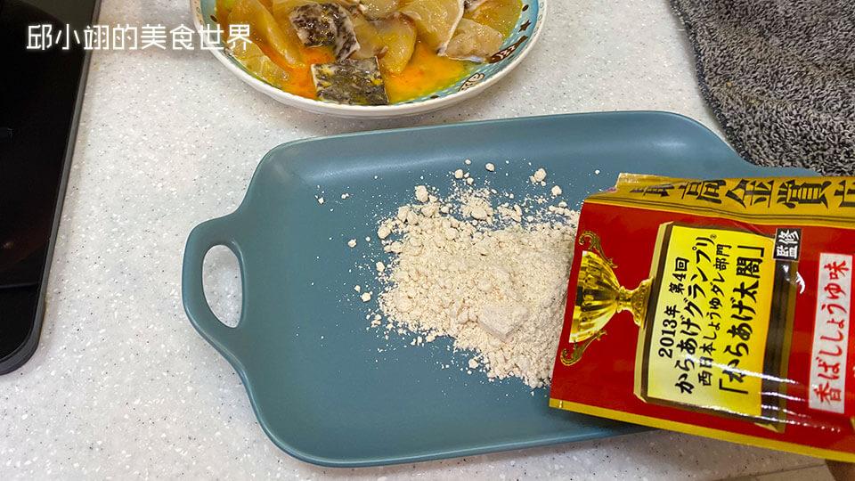 在另一個餐盤倒入起司脆酥粉