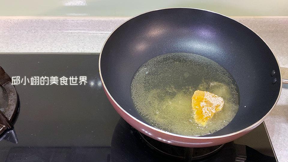 裹完起司脆酥粉的炸物就可以直接丟入已預熱完成的油鍋裡