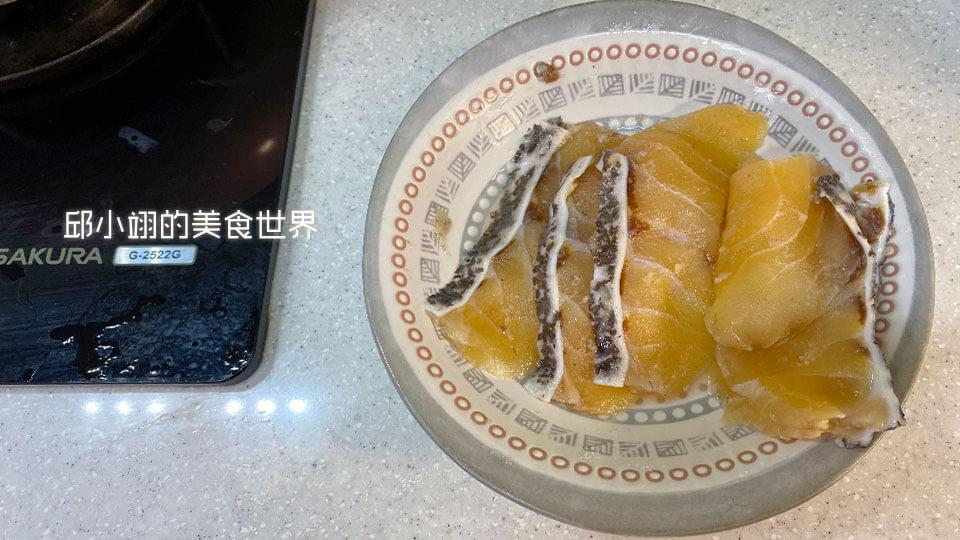 先將龍膽石斑魚涮涮片放入空盤子中
