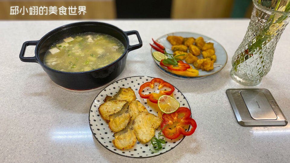 龍膽石斑魚三吃,菜名依順時鐘方向依序為龍膽石斑魚頭貝比湯、酥炸龍膽石斑魚嫩肉和後香煎龍膽石斑魚排