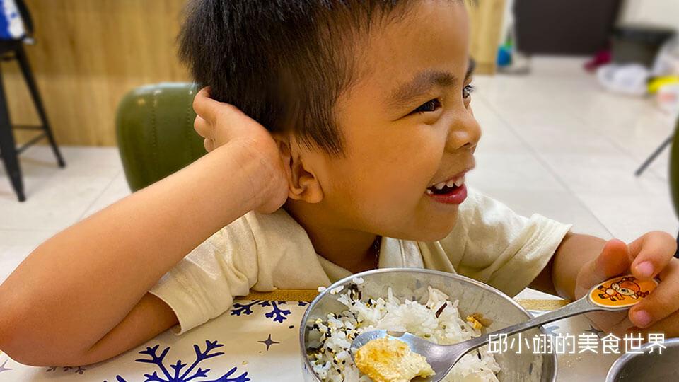 我兒子小草弟吃著酥炸龍膽石斑魚嫩肉那滿意的表情