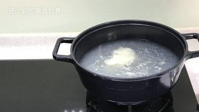 再加水并以中火预热