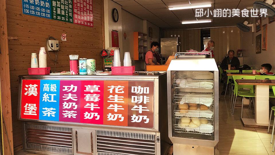 他们有卖各种经典的古早味系列饮品,另外饮品旁边还有卖菜包、肉包和馒头