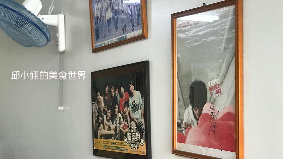 牆上掛著卓義峰的各式的專輯照片