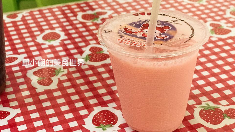草莓牛奶,入口後感覺草莓香氣和奶香融合交織於味蕾之中