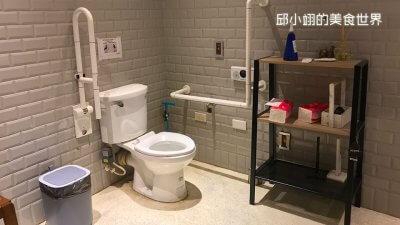 無障礙廁所設計的相當簡約