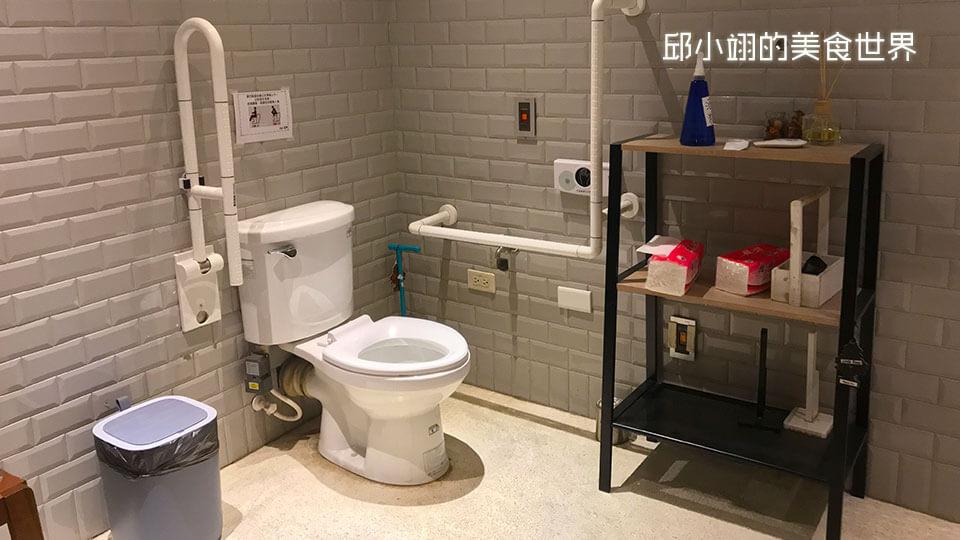 無障礙廁所設計的非常簡約