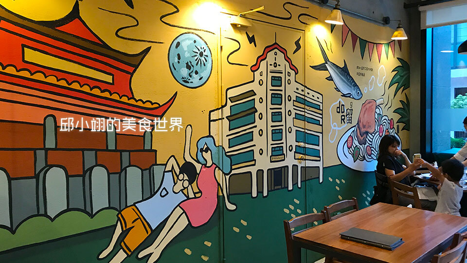 餐廳後牆的壁畫感覺跟餐廳整體的調性很搭
