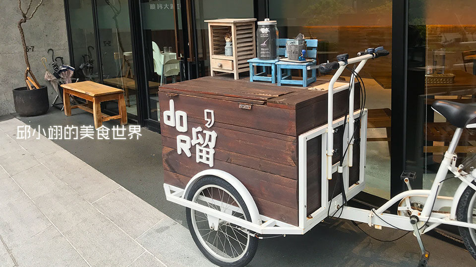 店外還有擺放著老式的三輪攤販車,相當的復古