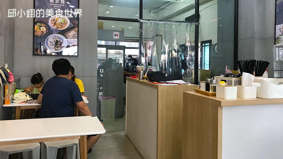 進入店內,迎面而來的是玻璃大門相隔的廚房