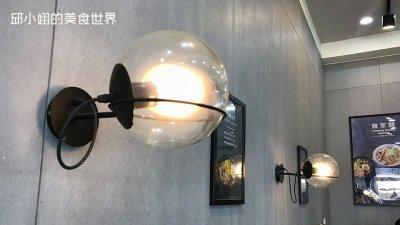 店內以灰色水泥牆面再加上工業風泡泡燈營造出類工業風的極簡裝潢