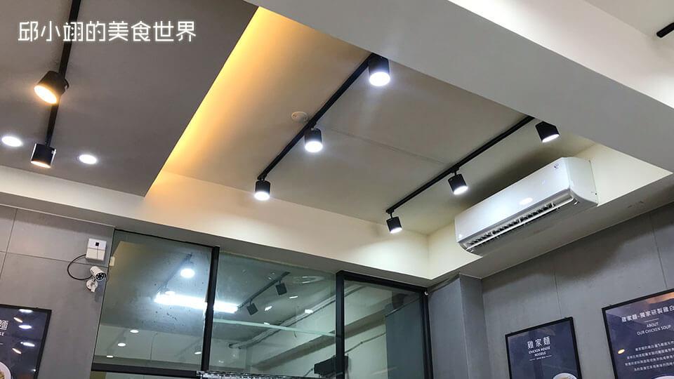 店內的照明也是使用工業風的軌道燈