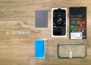打開後可以看到一塊拭鏡布、iPhone鋼化玻璃保護貼以及除塵貼