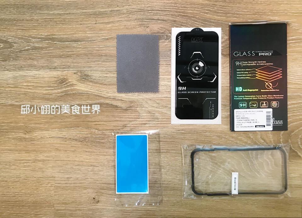 打开后可以看到一块拭镜布、iPhone钢化玻璃保护贴以及除尘贴