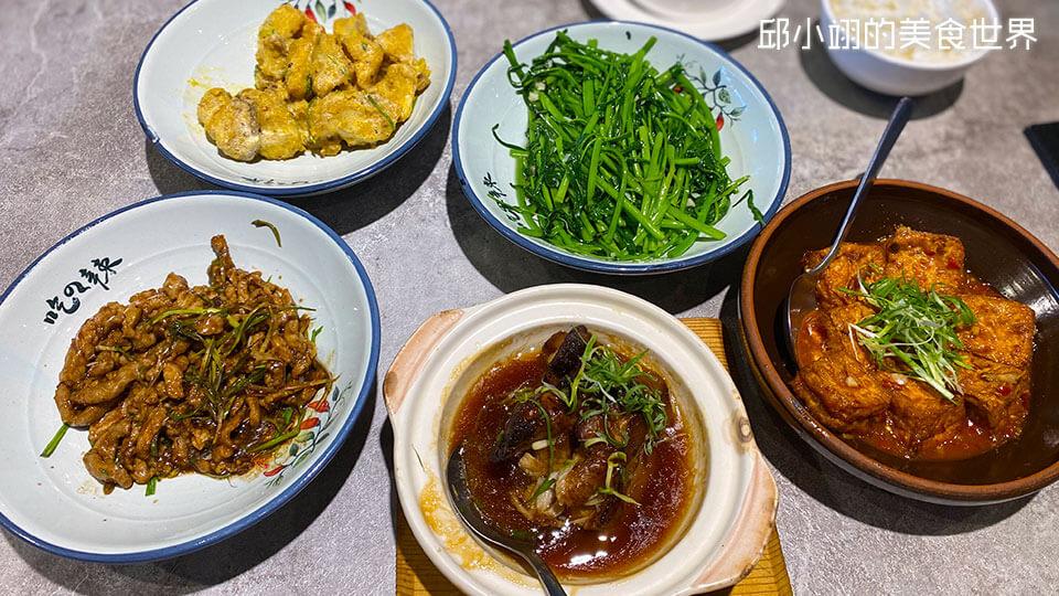 五道川菜,依顺时钟方向分别为,金沙杏鲍菇、清炒空心菜、老皮嫩肉豆腐、毛家红烧肉、京酱肉丝