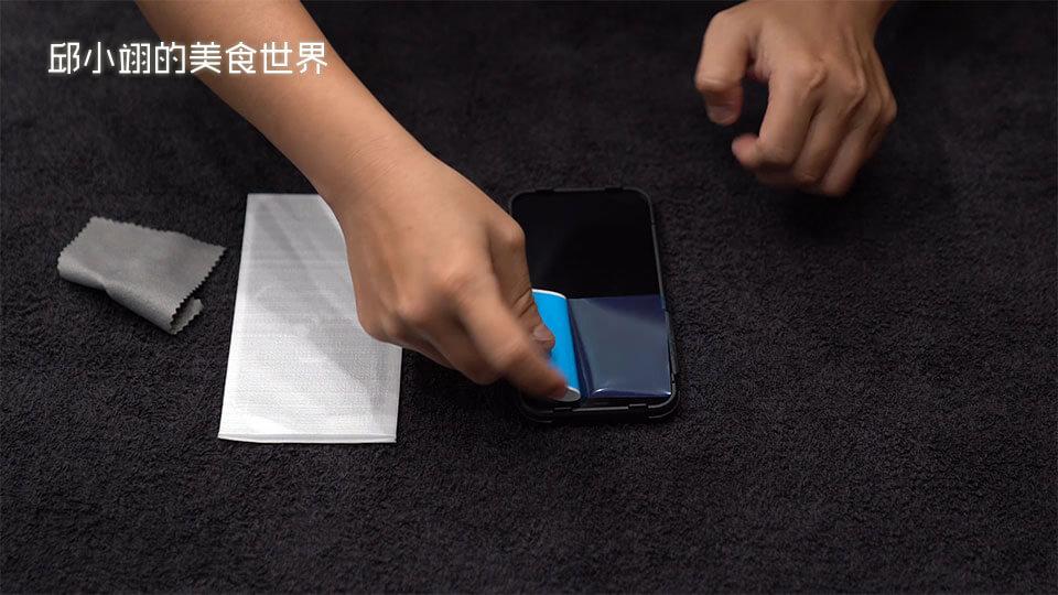 step3:接着撕开除尘贴纸,开始将萤幕上的细微灰尘以及细毛全部黏起来