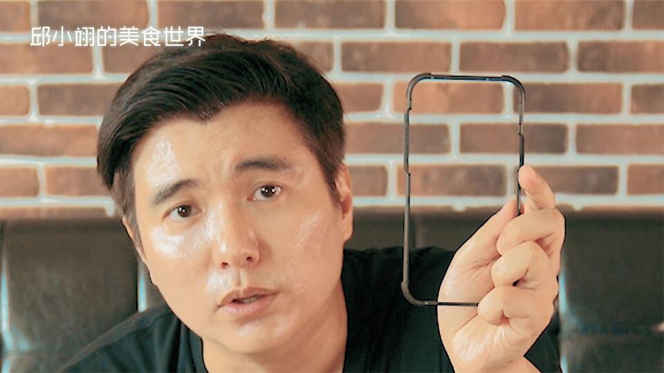 大家如果用这个贴膜神器,在家就可以自己DIY,很轻松的把钢化玻璃(玻璃保护贴)给贴好