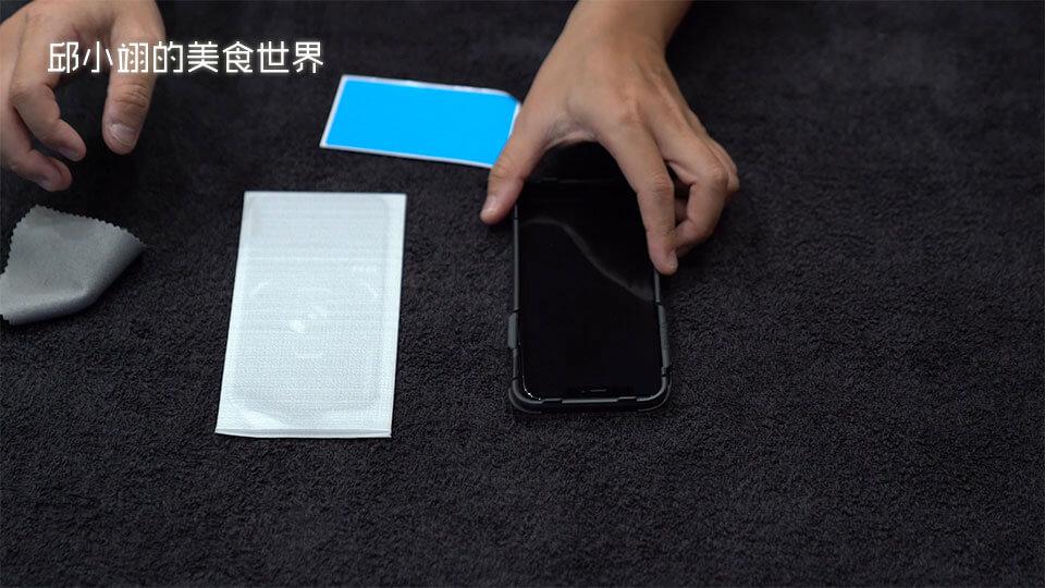 step1:先将手机装上贴膜神器