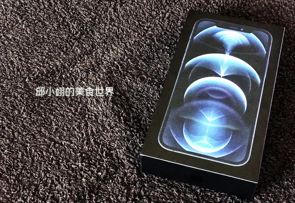 iPhone 12 Pro的包装设计承袭了去年黑色雾膜高质感的手工盒