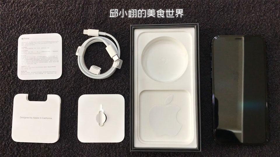 彩盒标配仅有USB TypeC转Lightning连接线、退卡针、超迷你的说明书和一张经典贴纸(去年是两张)