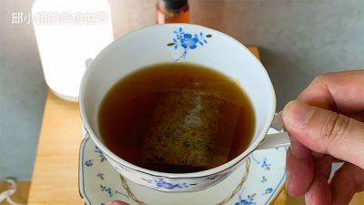先來享用杞菊明采金茶它的食材成份是,菊花、枸杞、紅棗、決明子、甜菊葉