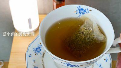 接著來享用花旗參舒康茶,其食材成份是西洋參、菊花、茯苓、白鶴靈芝、陳皮、麥門冬、甜菊葉