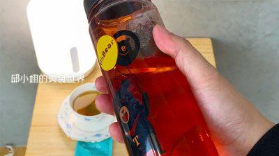 最後來飲用雙花仙姿紅茶,其食材成份是洛神花、桑葉、菊花、烏梅,我以約莫30度C的冷水冷泡
