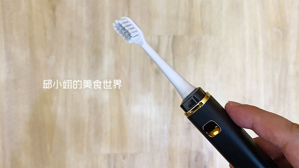 電動牙刷為平光霧面的黑色本體再搭配電鍍金的邊條和按鈕,也是一個時尚的完美配色!