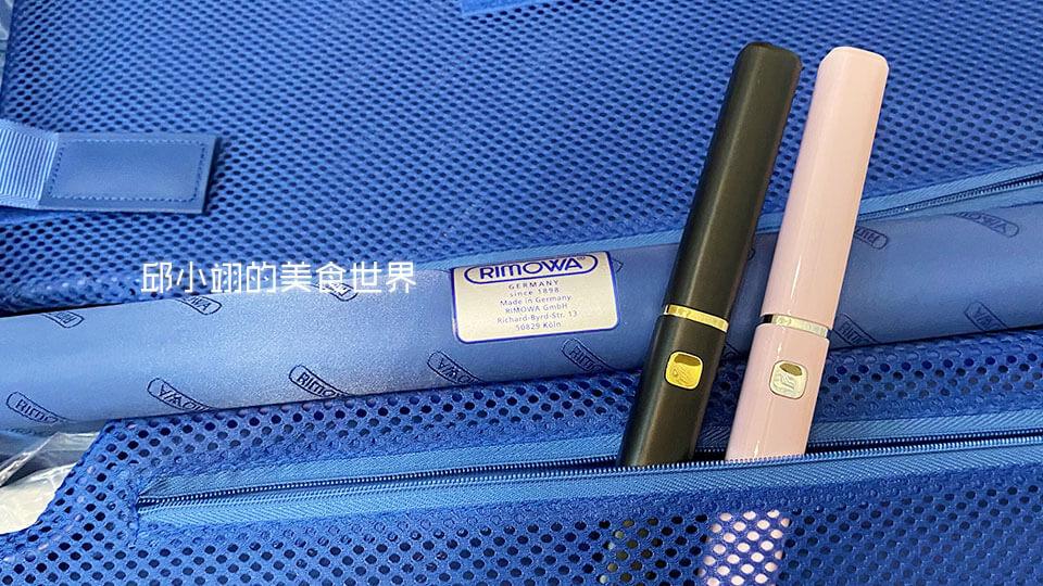 將兩色的NETTEC電動牙刷放置於我的RIMOVA登機箱內裏,真的大小適中,輕便好攜帶!